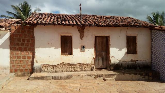 Alunos assistem aula em casa abandonada na comunidade de São José, zona rural de Gentio do Ouro