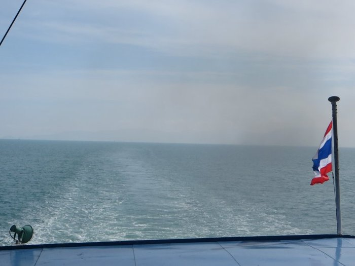 След за паромом в море