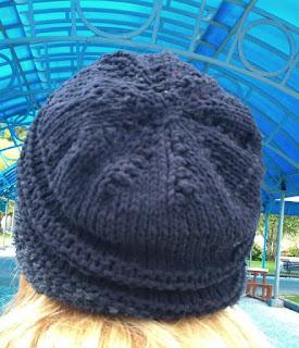 gorro de lã preto  na cabeça de uma moça, visto de trás