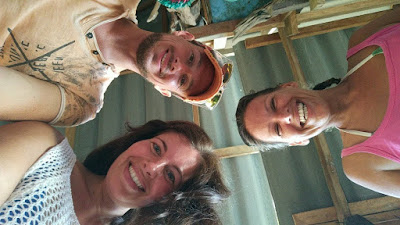 Foto van Ellis en twee andere reizigers op het eiland Ko Mook