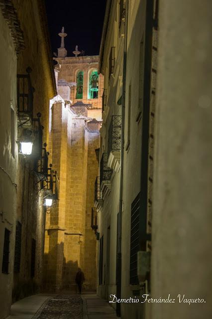 Vista nocturna de la torre de la Concatedral de Santa María