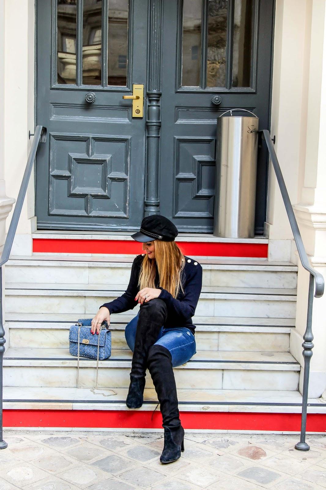 blogger-mit-schwarzer-schiffer-mütze-valentino-tasche-blogger-mit-blauer-tasche-outfitinspiration-blogger-style-Fashionblogger-aus-deutschland