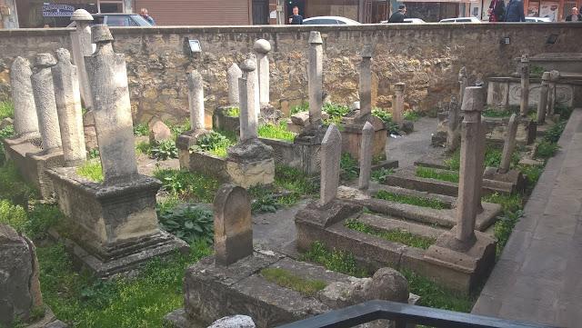 Ferhat Paşa (Hacı Kadı) Camii yanında bulunan mezarlar. Kastamonu