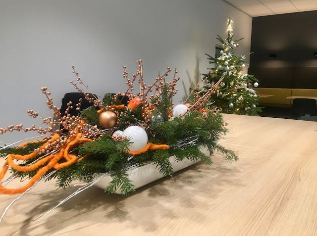 Verhuur van kerstbomen voor bedrijven in Belgie | Prijzen op aanvraag | Echte kerstbomen kunstkerstbomen of kerstdecoratie huren in Limburg Vlaams-brabant Brussel Antwerpen