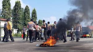 Bakar Ban Bekas Dan Anarkis Warnai Demo di Halaman Polres Tebo