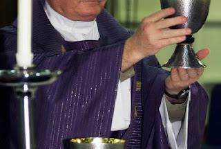 Un sacerdote católico en Florida enfrenta cargos por drogar a una feligresa para luego violarla.