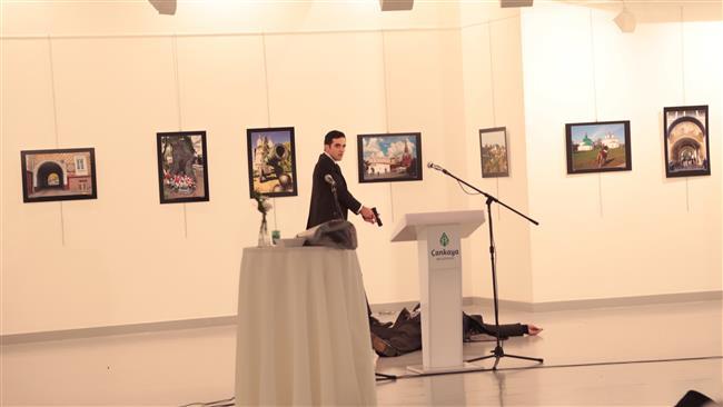 """Um homem abriu fogo contra o embaixador russo em Ancara, Andrei Kharlov, nesta segunda-feira (19), informou o site """"Hurriyet"""""""