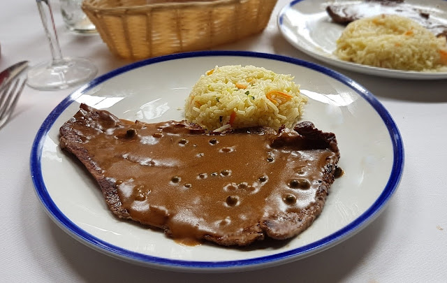bistec con salsa demi glasé a la pimienta y arroz