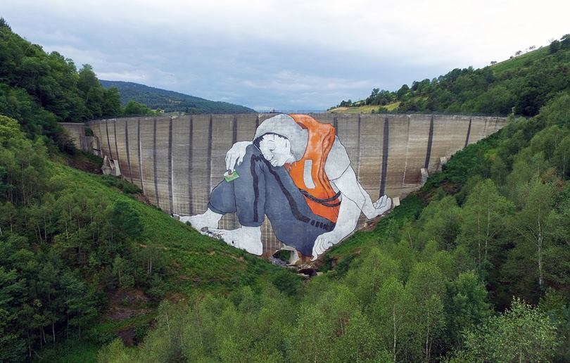 A refugee painting on a gigantic dam in France calls for the abolition of borders, or a wonderful example of engaging art