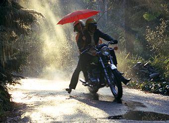 Ketahui ! Tips Berkendara Saat Hujan Yang Baik Dan Aman