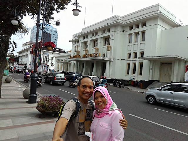 Selfie di depan Gedung Merdeka