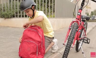 كيف تحرصين على رعاية طفلك كل يوم؟ طفل ولد يركب يركن دراجه boy child ride a bike