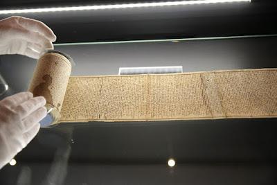 Κοιτώντας από κοντά το χειρόγραφο του Μαρκησίου Ντε Σαντ που κηρύχθηκε εθνικός θησαυρός