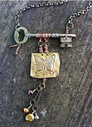 Bandul kalung terbuat dari kunci.