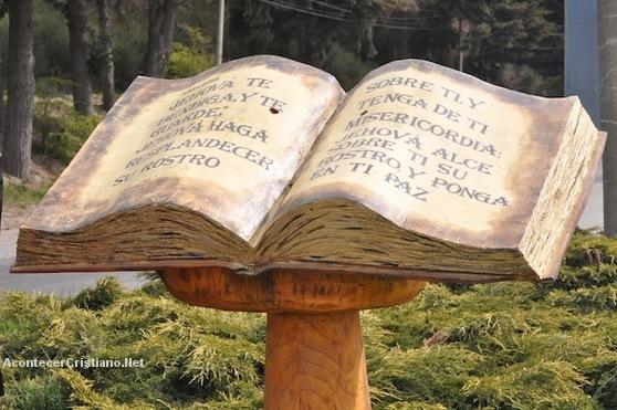 Monumento a la Biblia en plazuela