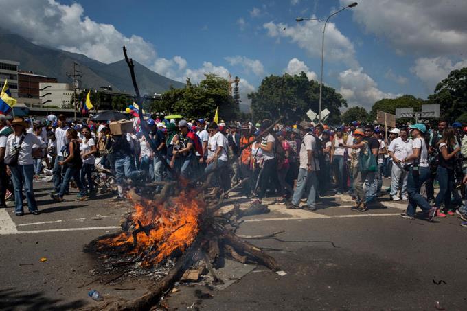"""Opositores venezolanos inician concentración """"somos millones"""" en todo el país"""