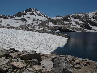 Am Helen Lake, nun ist es nicht mehr allzu weit bis Muir Pass; auf der linken Bildseite ragt Mount Solomons in den Himmel