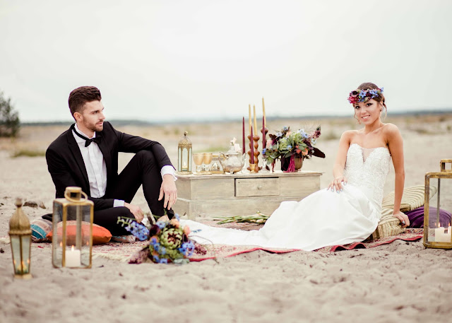 Sesja ślubna w stylu marokańskim na plaży.