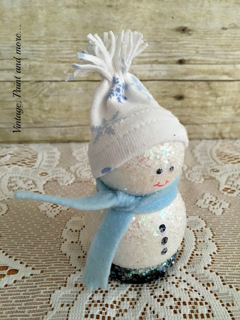 Vintage, Paint and more... snowman DIY'd with wooden pieces painted and glittered