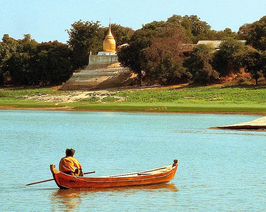 Irrawaddy at Bagan and pagoda