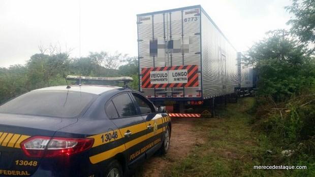 Caminhão carregado com fraldas descartáveis roubado no Agreste é recuperado pela PRF