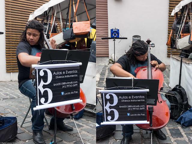 Jovem tocando música na Feira do Largo da Ordem