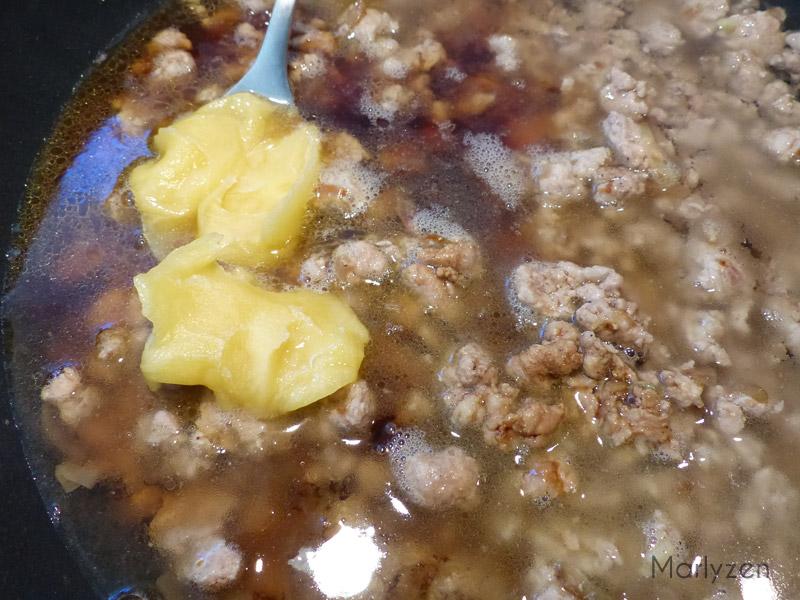 Ajoutez l'eau, la sauce soja et le miel.