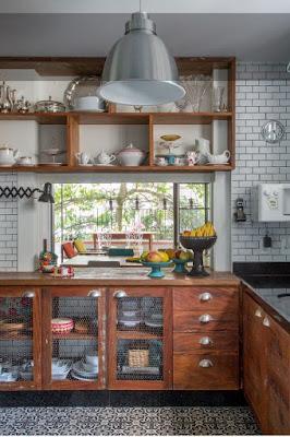 Gabinete de cozinha com portas com tela de galinheiro e puxadores modernos