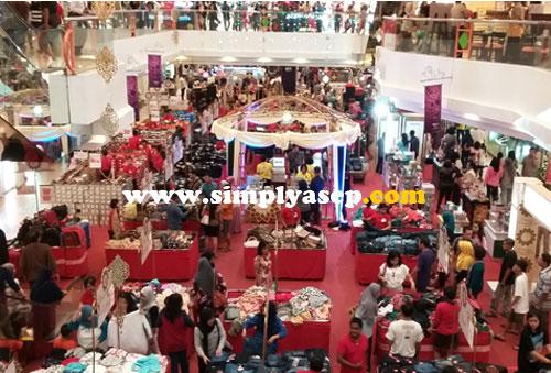 MEGAH :  Para pengunjung Mall Malioboro membludak malam itu (25/6). Aula bagian tengahnya penuh aneka jualan baju baju.  Foto Asep Haryono