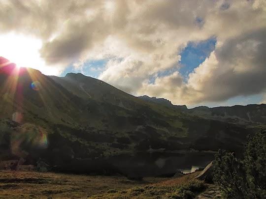 Słońce dotyka już grani w okolicy przełęczy Liliowe.