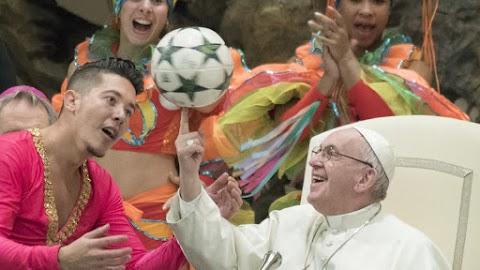 Ferenc pápa halad a korral, tabletet nyomkodott prédikációja közben