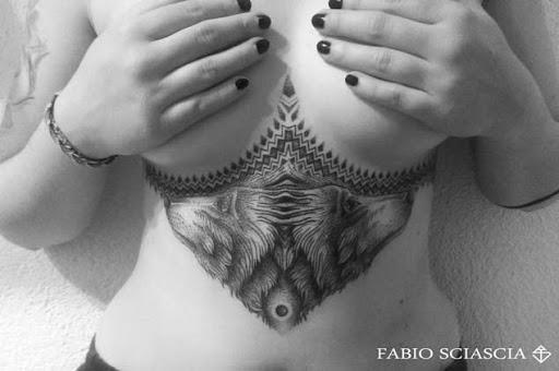 Este simétrico underboob tat