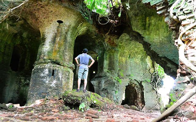 Berpose di dalam reruntuhan Benteng Klingker Nusakambangan