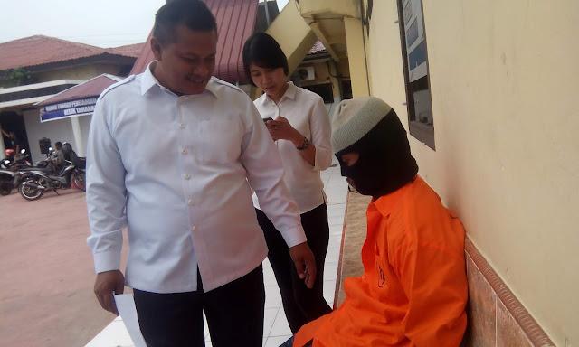 Tersangka penganiaya anak di Asahan saat di kantor Polres Asahan.