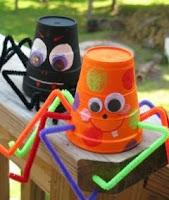 http://manualidadesparaninos.biz/como-hacer-aranas-con-vasos-de-plastico/