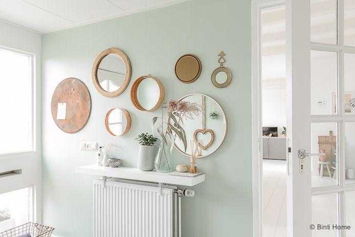 combinación de espejos sobre pared verde mint