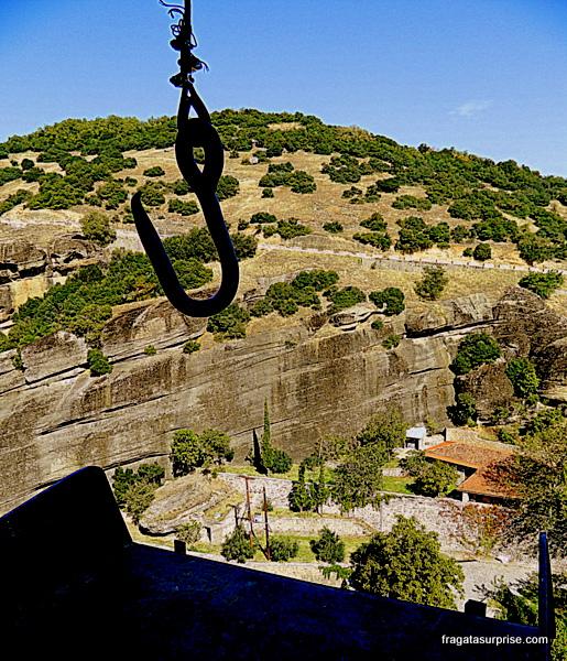 Elevador rudimentar que dava acesso ao mosteiro suspenso de  Agios Stephanous (Santo Estêvão), em Meteora