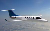 Bir özel jet uçağının uçarken yandan görünüşü