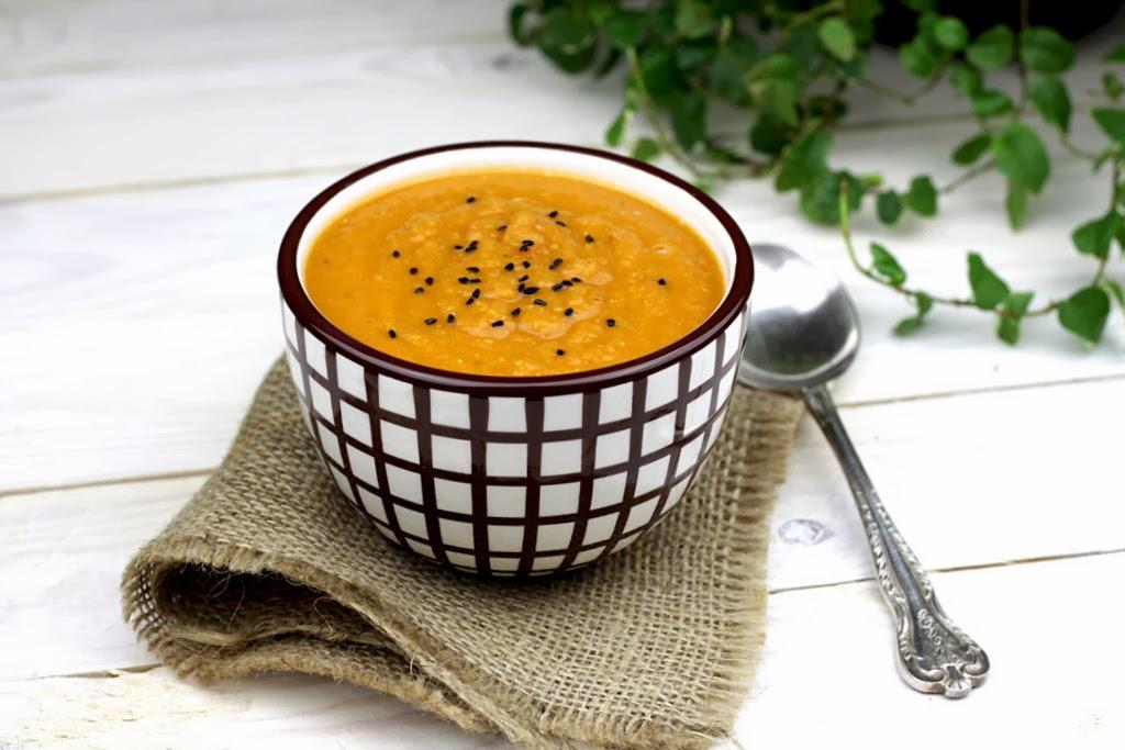 Błyskawiczna zupa z czerwonej soczewicy z pomidorami i tymiankiem