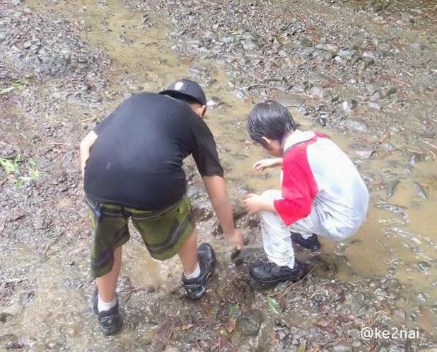 cara mudah merawat sepatu saat musim hujan