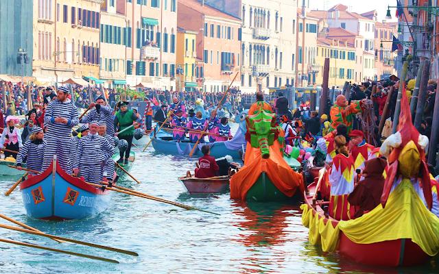 Ονειρικό: Γόνδολες με μασκαράδες και νυχτερινή παρέλαση στο καρναβάλι της Βενετίας (βίντεο)