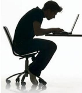 postura incorrecta para usar el ordenador