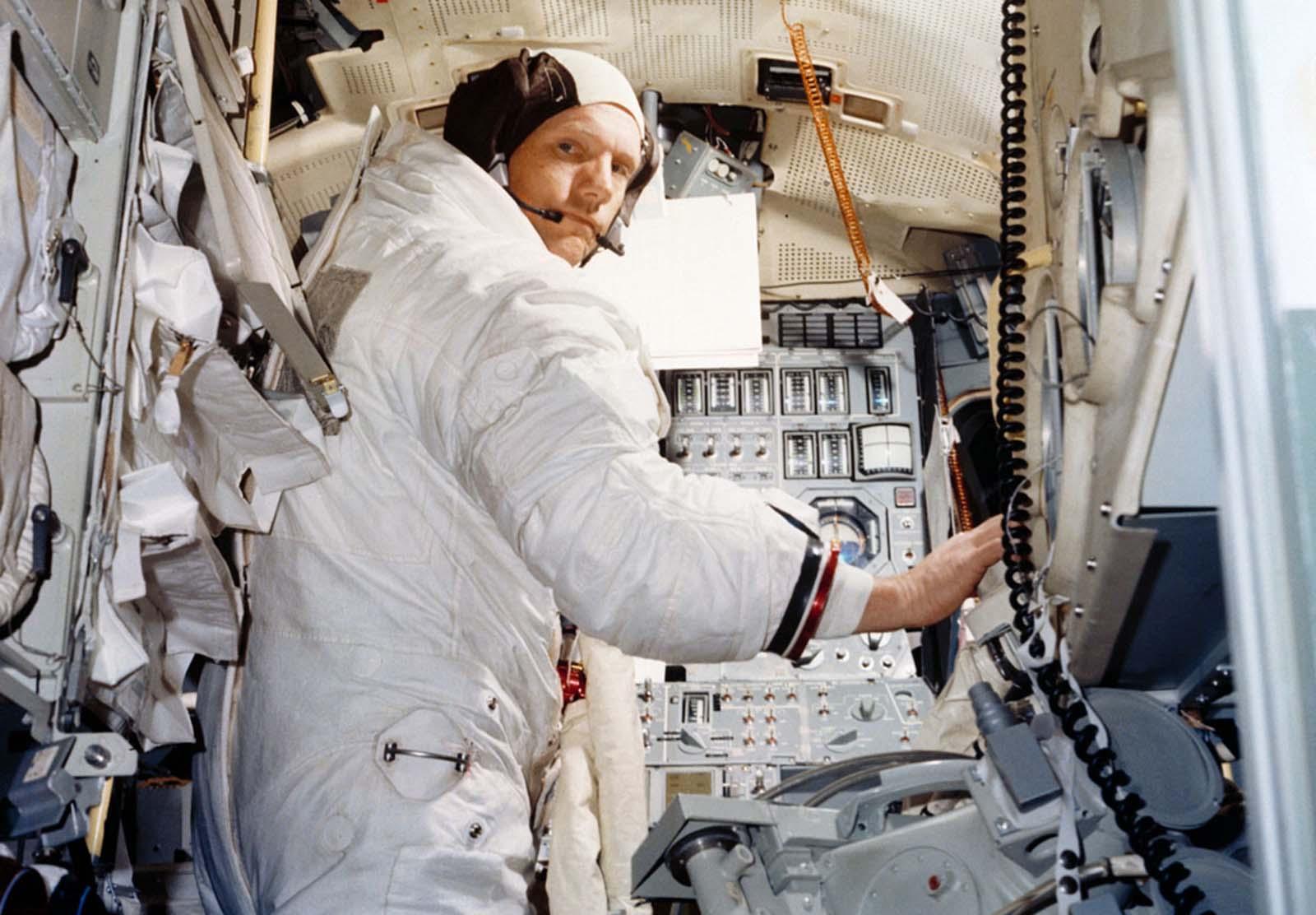 Neil Armstrong treina em um simulador de módulo lunar em junho de 1969.
