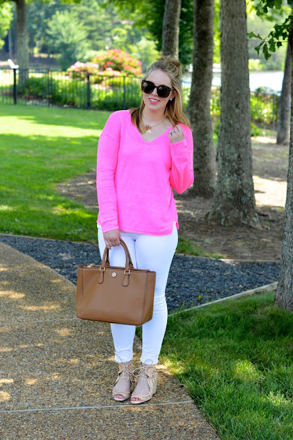 white-jeans-pink-top-outfit-ideas