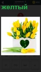 В белой вазе стоят розовые тюльпаны. На горшке приклеено сердечко зеленого цвета