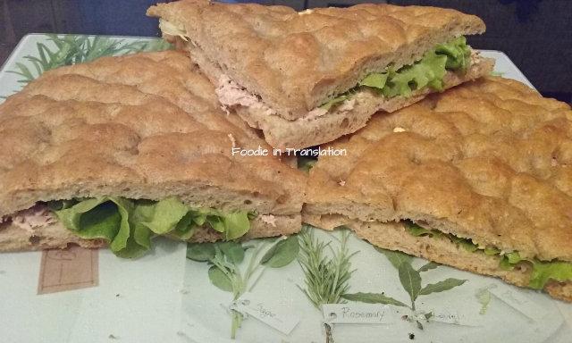 La Rubrica del Lunedì: Focaccia ripiena con tonno e insalata - Stuffed focaccia with tuna and lettuce