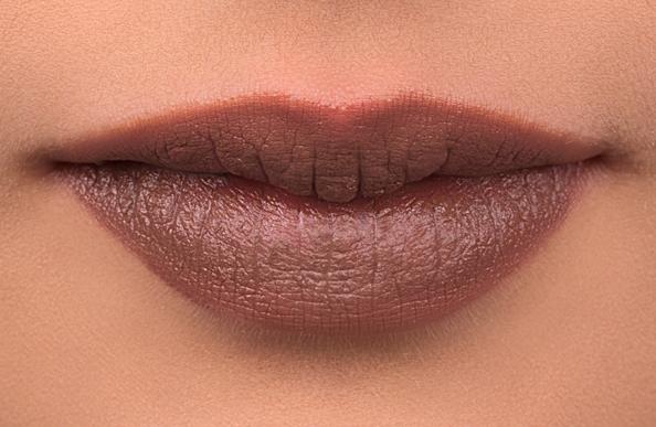 Type warna halus Cocoa ini adalah rekomendasi yang aman untuk bibir hitam