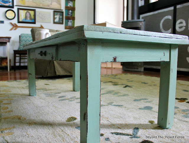 fusion mineral paint, distressed paint, minwax, coffee table, DIY, transformation, pallets, http://goo.gl/hf68fG