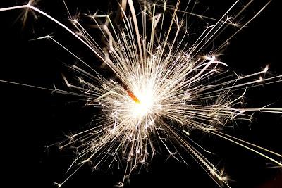 暗闇で光る花火の火花
