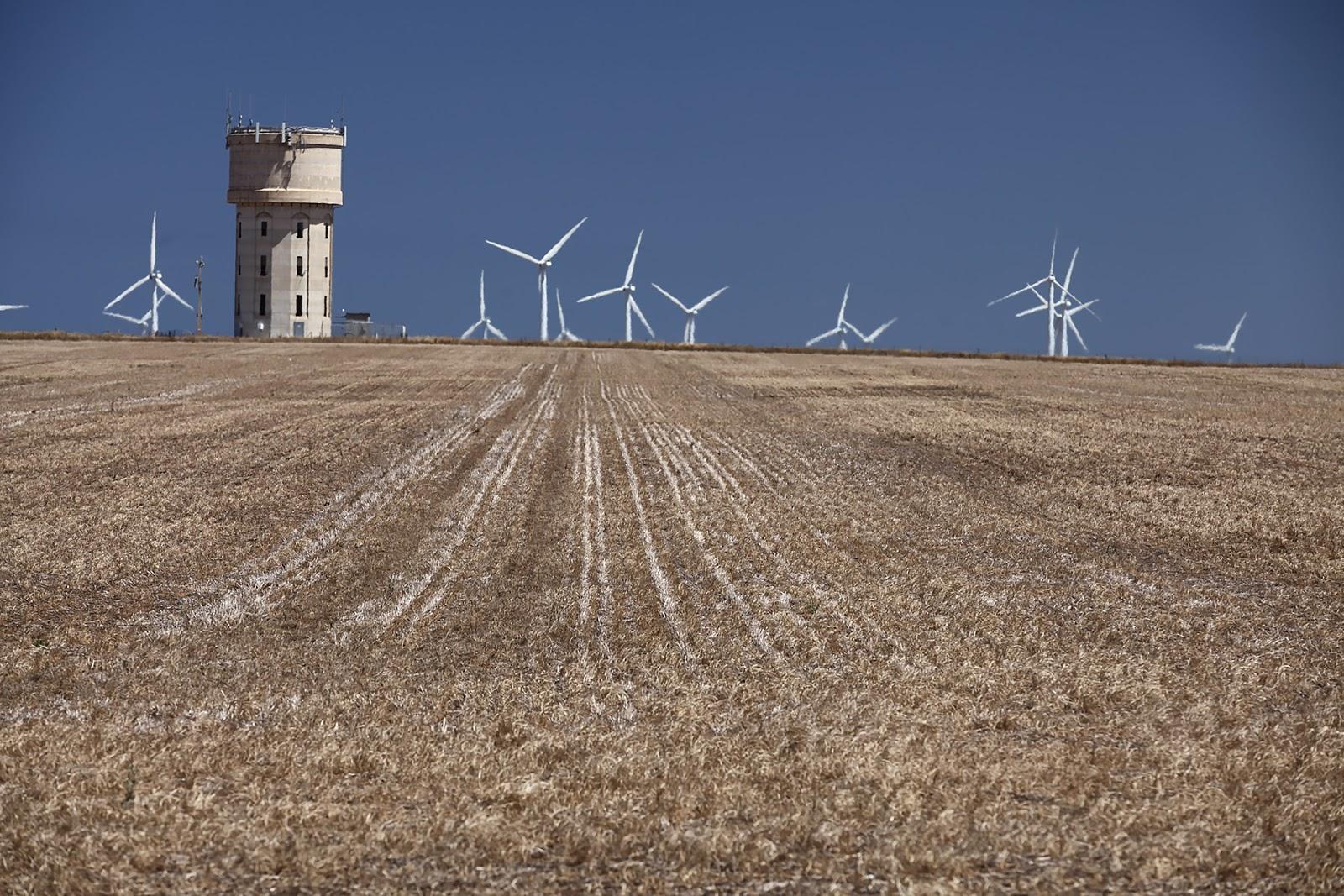 Pole uprawne,stara wieża ciśnień,wiatraki,krajobraz